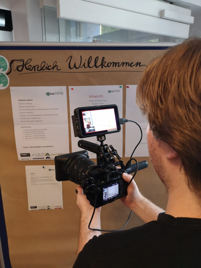 Ein Kameramann filmt die Agenda
